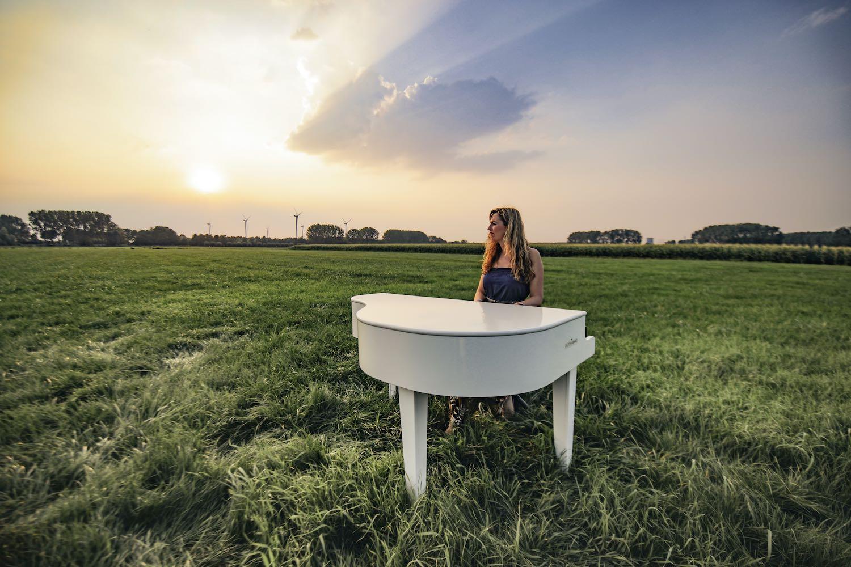 trouwceremonie door zangeres pianiste
